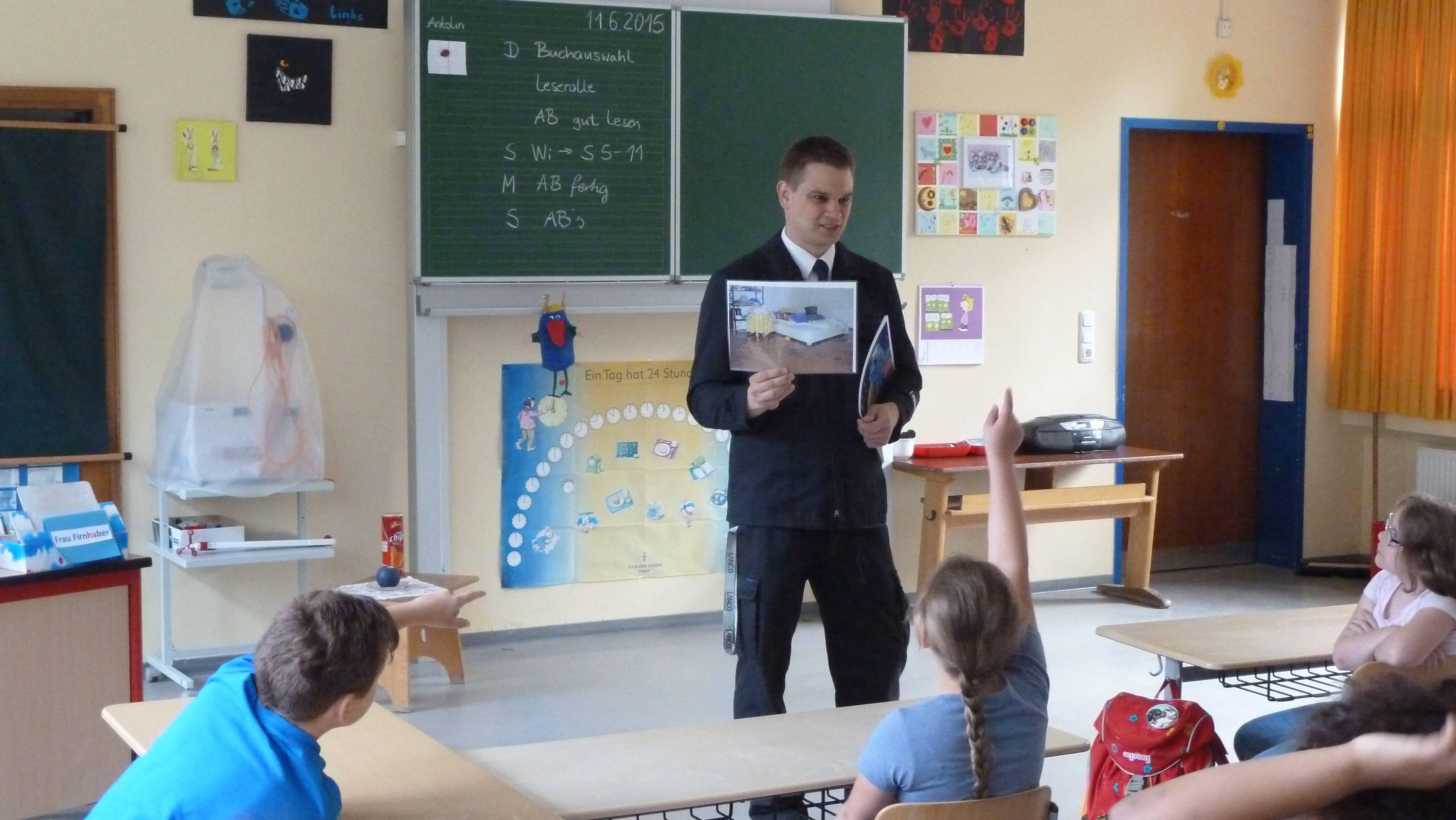 Dennis Grebert mit einer 4. Klasse in der Grundschule